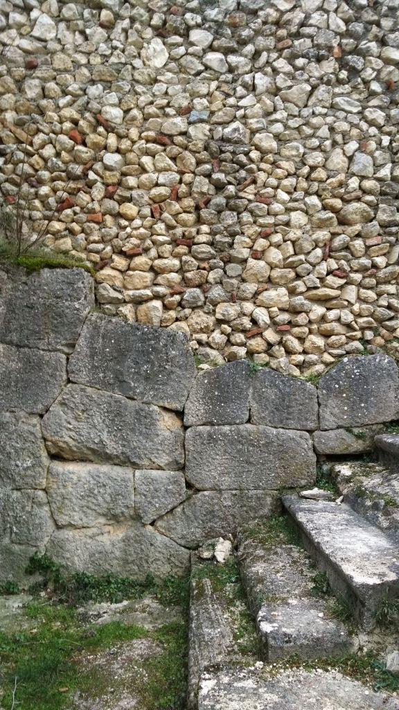 Alba-Fucens-Mura-Poligonali-Megalitiche-Albe-L-Aquila-Abruzzo-Italia-23