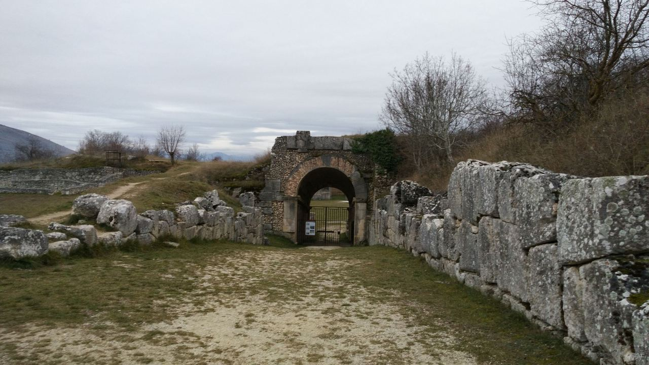 Alba-Fucens-Mura-Poligonali-Megalitiche-Albe-L-Aquila-Abruzzo-Italia-27