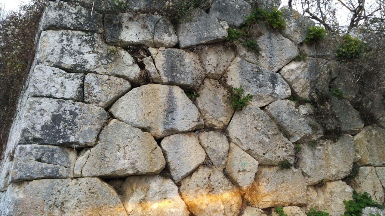 Alba-Fucens-Mura-Poligonali-Megalitiche-Albe-L-Aquila-Abruzzo-Italia-29