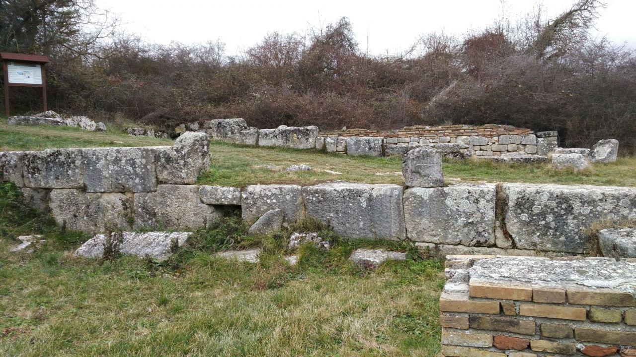 Alba-Fucens-Mura-Poligonali-Megalitiche-Albe-L-Aquila-Abruzzo-Italia-34