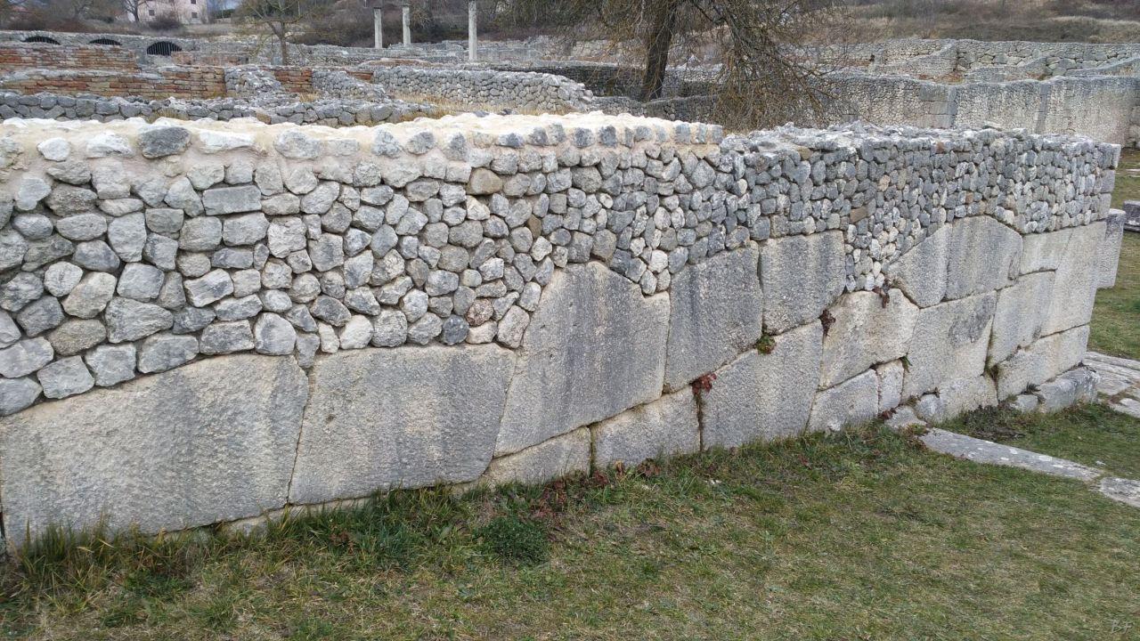Alba-Fucens-Mura-Poligonali-Megalitiche-Albe-L-Aquila-Abruzzo-Italia-37