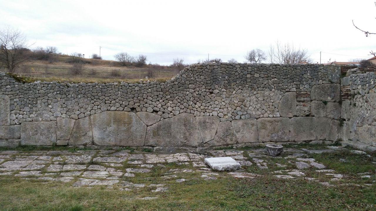 Alba-Fucens-Mura-Poligonali-Megalitiche-Albe-L-Aquila-Abruzzo-Italia-38