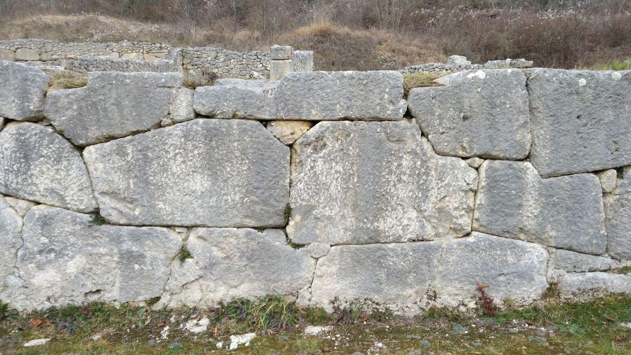 Alba-Fucens-Mura-Poligonali-Megalitiche-Albe-L-Aquila-Abruzzo-Italia-39