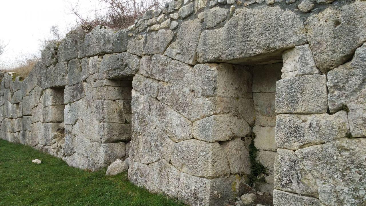 Alba-Fucens-Mura-Poligonali-Megalitiche-Albe-L-Aquila-Abruzzo-Italia-42