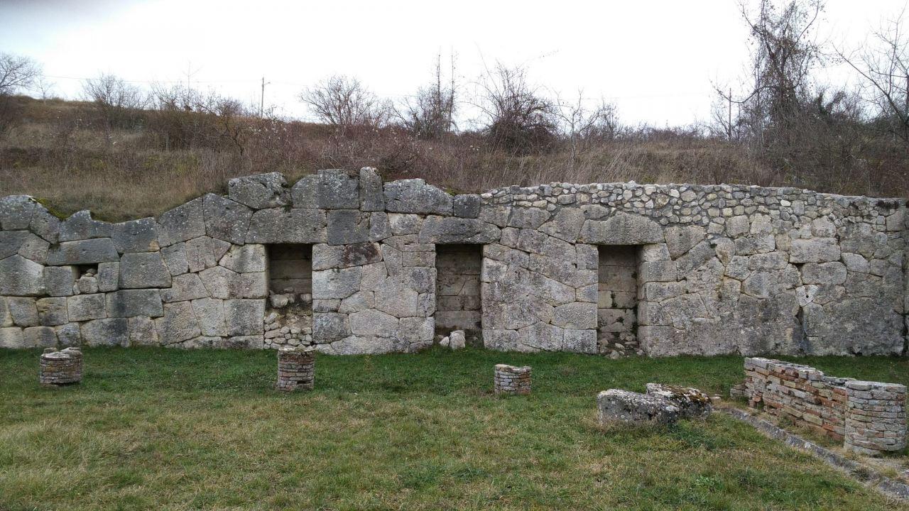 Alba-Fucens-Mura-Poligonali-Megalitiche-Albe-L-Aquila-Abruzzo-Italia-43
