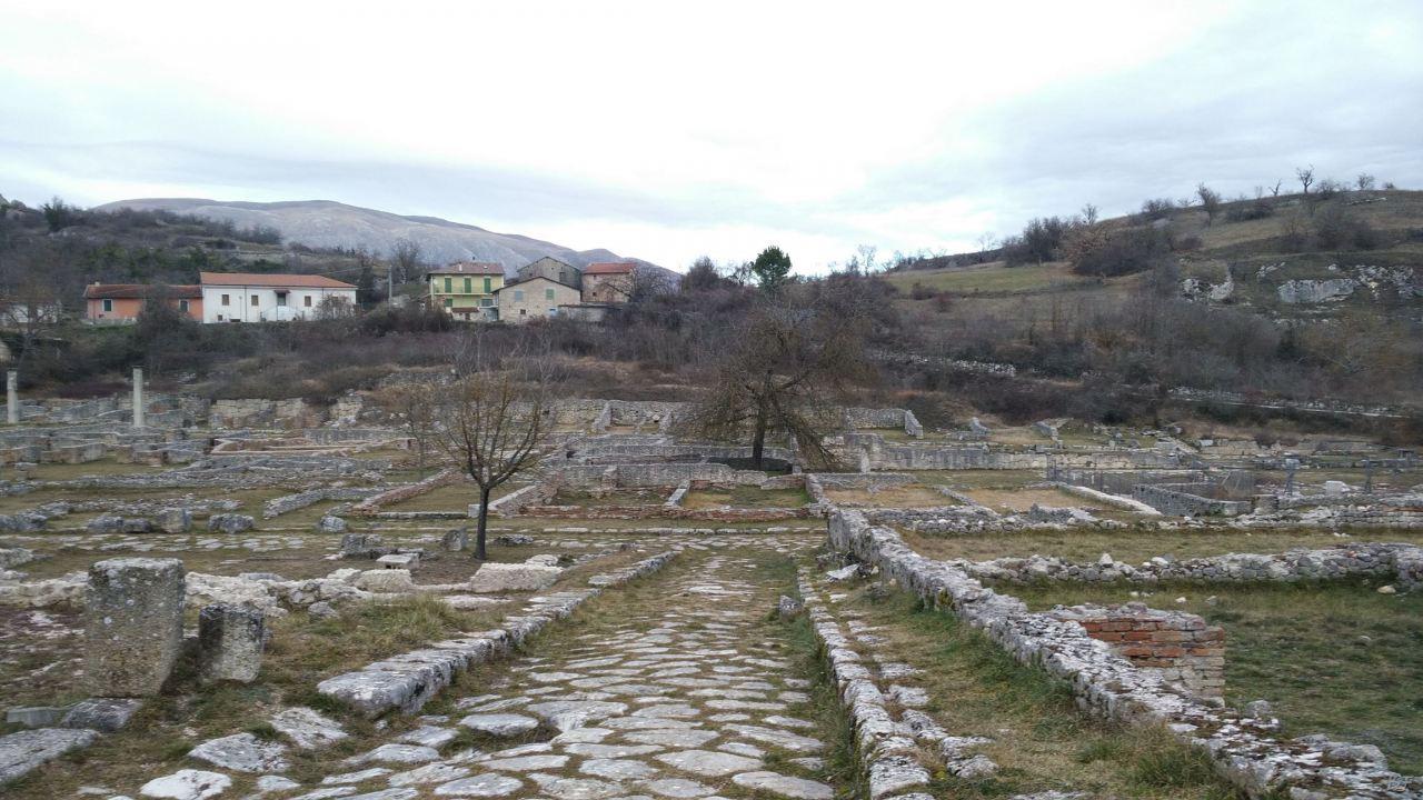 Alba-Fucens-Mura-Poligonali-Megalitiche-Albe-L-Aquila-Abruzzo-Italia-45