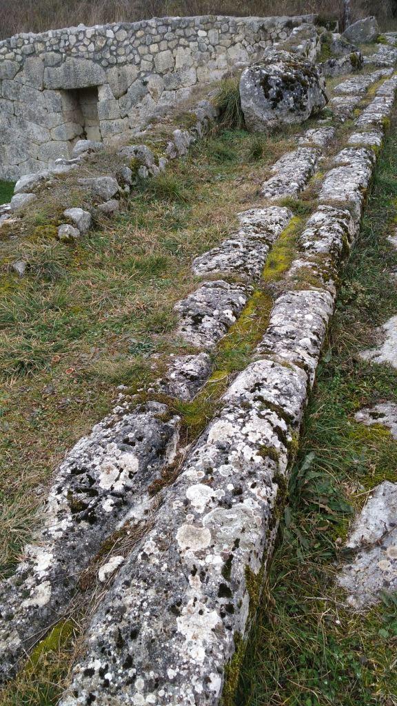 Alba-Fucens-Mura-Poligonali-Megalitiche-Albe-L-Aquila-Abruzzo-Italia-46