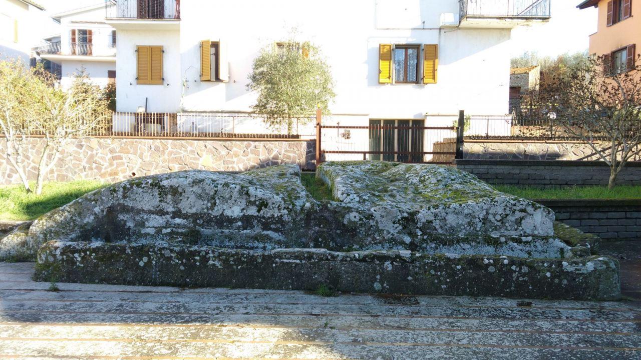 Bomarzo-Piramide-Megalitica-Cart-ruts-ripari-rupestri-Viterbo-Lazio-Italia-25