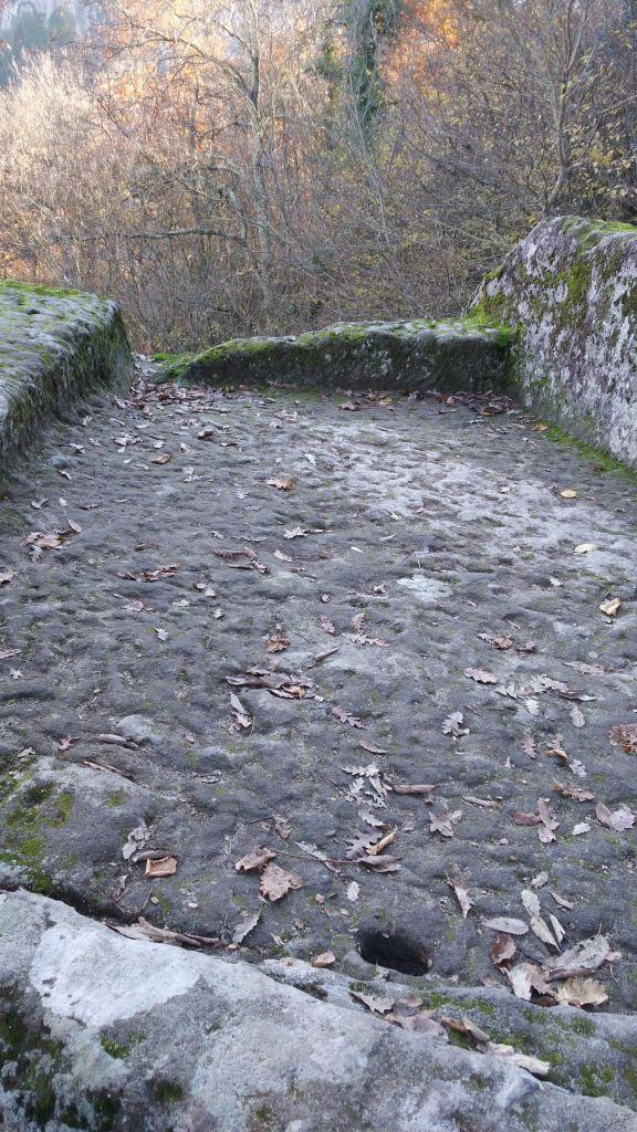 Bomarzo-Piramide-Megalitica-Cart-ruts-ripari-rupestri-Viterbo-Lazio-Italia-32