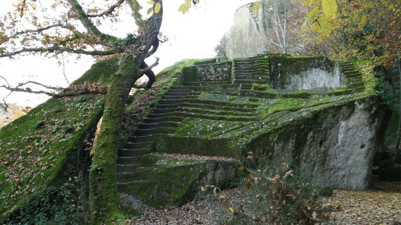 Bomarzo-Piramide-Megalitica-Cart-ruts-ripari-rupestri-Viterbo-Lazio-Italia-39