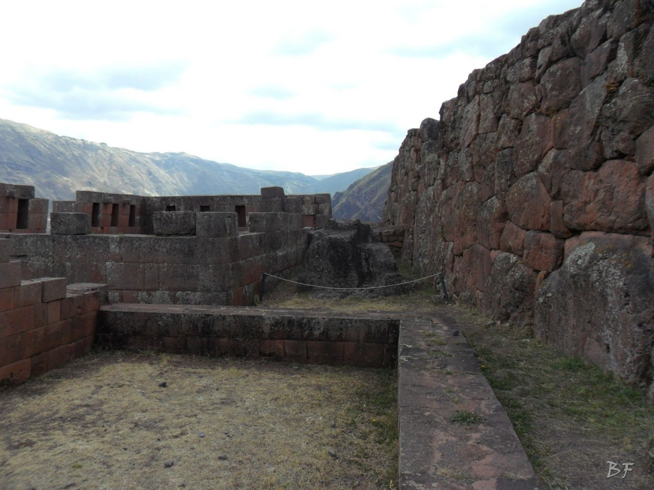 Mura-Poligonali-Megaliti-Altari-Rupestri-Pisac-Cusco-Perù-43