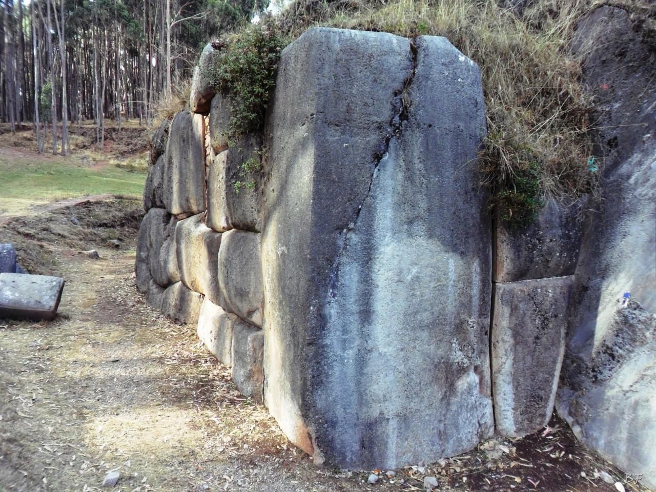 Qenqo-Chico-Altari-Mura-Poligonali-Megaliti-Cusco-Perù-14