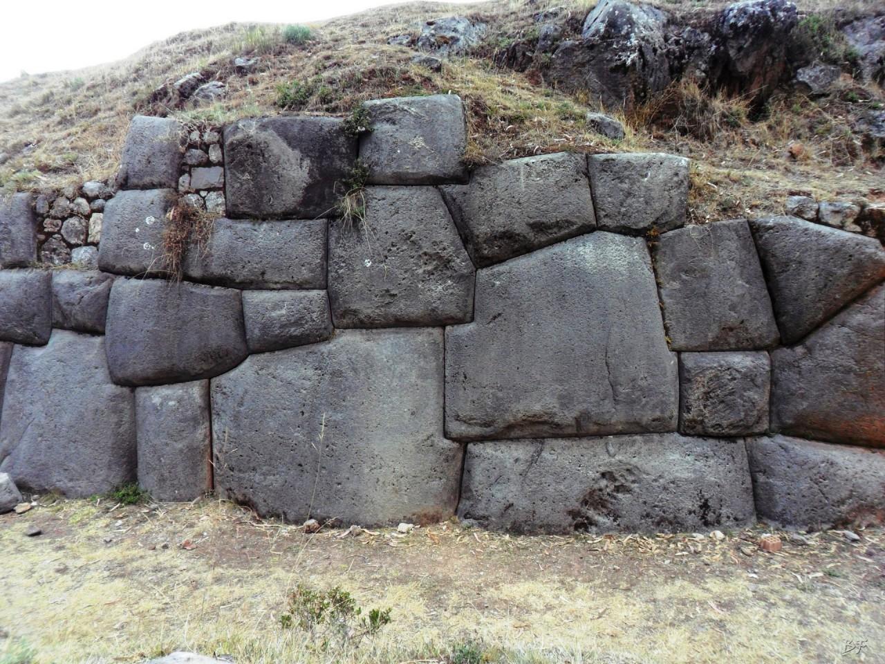 Qenqo-Chico-Altari-Mura-Poligonali-Megaliti-Cusco-Perù-8