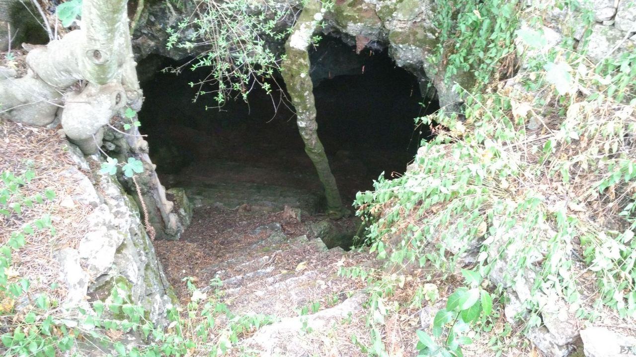 Chiesa-cripta-rupestre-Basiliana-di-San-Michele-Ceglie-Messapica-Brindisi-Puglia-Italia-1