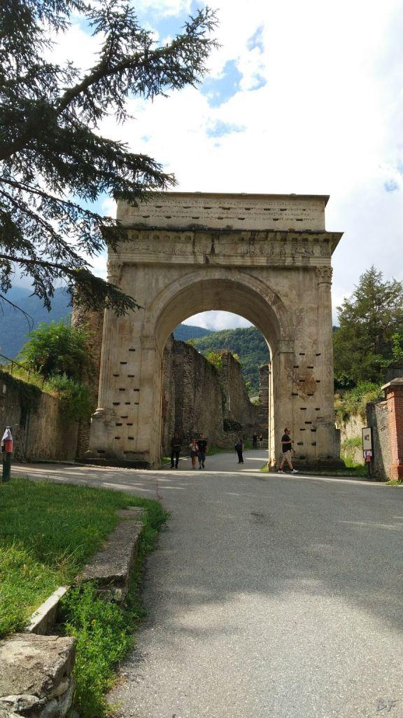 Susa-Altare-Coppelle-Incisioni-Rupestri-Susa-Torino-Piemonte-Italia-2